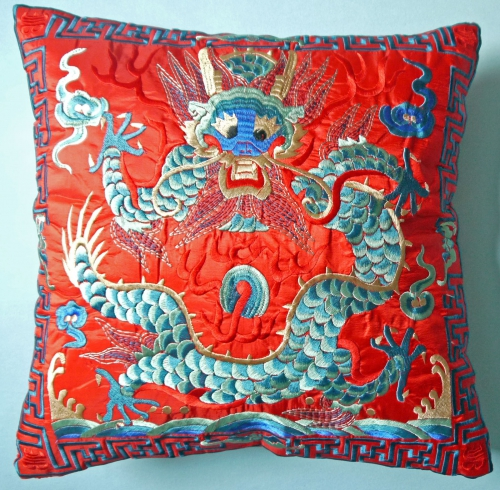 Kissenhülle mit gesticktem Drachen rot