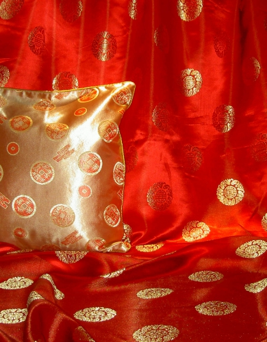 lfm Jaquardstoff rot mit goldfarbenen Glückszeichen