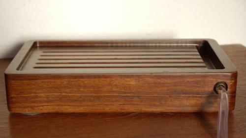 Kleines Massivholz-Teebrett mit Ablaufschlauch