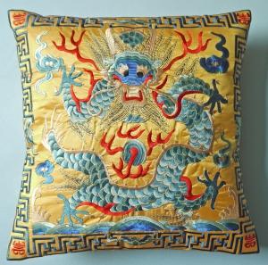 Kissenhülle mit gesticktem Drachen gelb